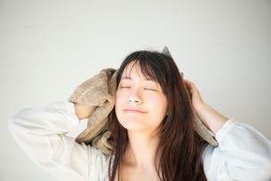 髪をタオルドライしている女性の写真素材 [FYI03153497]