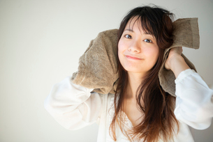 髪をタオルドライしている女性の写真素材 [FYI03153499]