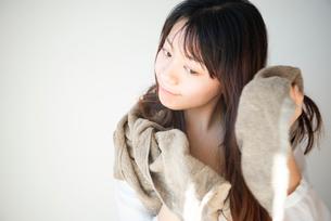 髪をタオルドライしている女性の写真素材 [FYI03153500]