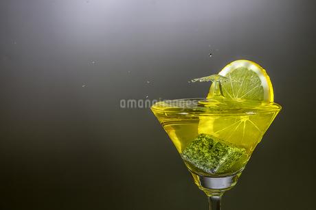 グラスの中のスプラッシュの写真素材 [FYI03153585]