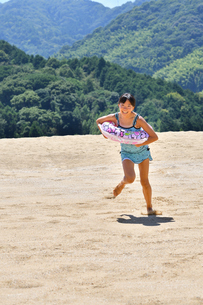 砂浜を走る女の子(海水浴、水着)の写真素材 [FYI03153588]