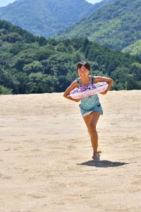 砂浜を走る女の子(海水浴、水着)の写真素材 [FYI03153589]