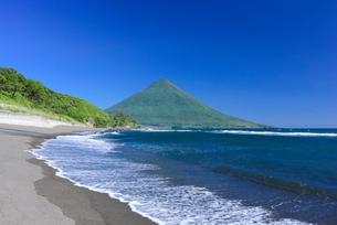 瀬平海岸から望む開聞岳の写真素材 [FYI03153794]