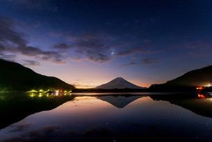 富士山 精進湖 の写真素材 [FYI03153869]