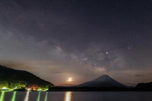 精進湖 日本 山梨県 富士河口湖町の写真素材 [FYI03153877]