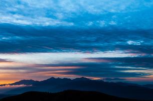 霧ヶ峰高原より朝焼けの空と南アルプス連峰の写真素材 [FYI03154254]
