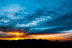 霧ヶ峰高原よりご来光に太陽柱の空と八ヶ岳連峰・富士山を望むの写真素材 [FYI03154281]