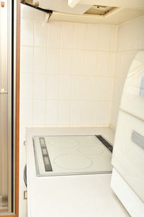 システムキッチン(IHクッキングヒーター、食洗器)の写真素材 [FYI03154294]