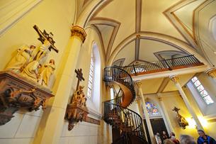 米ニューメキシコ州サンタフェのロレットチャペルの有名な螺旋階段と中の風景の写真素材 [FYI03154673]