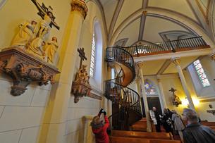 米ニューメキシコ州サンタフェのロレットチャペルの有名な螺旋階段と中の風景の写真素材 [FYI03154674]