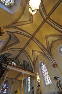 米ニューメキシコ州サンタフェのロレットチャペルの中の有名な螺旋階段が写っている風景の写真素材 [FYI03154675]