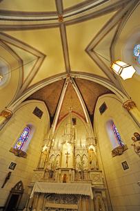 米ニューメキシコ州サンタフェのロレットチャペルの中の祭壇および天井の風景の写真素材 [FYI03154756]