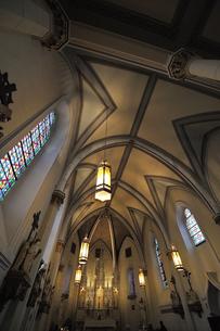 米ニューメキシコ州サンタフェのロレットチャペルの中の祭壇および天井の風景の写真素材 [FYI03154780]