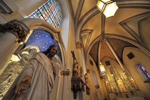 北米ニューメキシコ州サンタフェにあるロレットチャペルの礼拝堂の中の風景の写真素材 [FYI03154781]