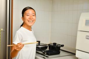 料理をする女の子の写真素材 [FYI03154784]
