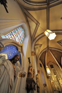 北米ニューメキシコ州サンタフェにあるロレットチャペルの礼拝堂の中の風景の写真素材 [FYI03154785]