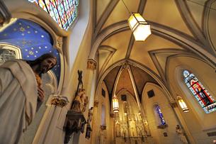 北米ニューメキシコ州サンタフェにあるロレットチャペルの礼拝堂の中の風景の写真素材 [FYI03154786]