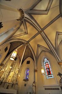 米ニューメキシコ州サンタフェのロレットチャペルの中の祭壇および天井の風景の写真素材 [FYI03154788]