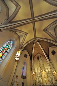 米ニューメキシコ州サンタフェのロレットチャペルの中の祭壇および天井の風景の写真素材 [FYI03154794]