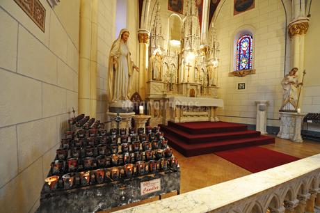 米ニューメキシコ州サンタフェのロレットチャペル内の祭壇の風景の写真素材 [FYI03154797]