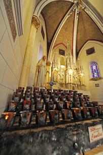 米ニューメキシコ州サンタフェのロレットチャペルの中の祭壇風景の写真素材 [FYI03154799]