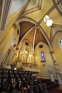 米ニューメキシコ州サンタフェのロレットチャペルの中の祭壇風景の写真素材 [FYI03154800]