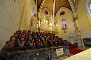 米ニューメキシコ州サンタフェのロレットチャペル内の祭壇の風景の写真素材 [FYI03154801]
