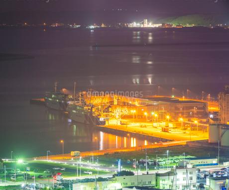 北海道 自然 風景 稚内公園よりフェリーターミナル方面遠望 (夜景)の写真素材 [FYI03154825]