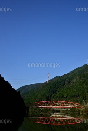 赤い橋 木曽川の写真素材 [FYI03154863]