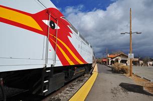 米ニューメキシコ州サンタフェ駅に停車中のロードランナー急行列車の風景の写真素材 [FYI03154874]