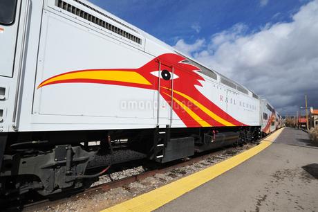 米ニューメキシコ州サンタフェ駅に停車中のロードランナー急行列車の風景の写真素材 [FYI03154876]