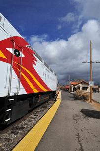 米ニューメキシコ州サンタフェ駅に停車中のロードランナー急行列車の風景の写真素材 [FYI03154877]