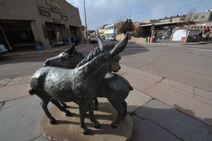 サンタフェ中心エリアのある四つ角にあったロバの銅像の風景の写真素材 [FYI03154887]