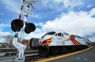米ニューメキシコ州サンタフェ駅にレールランナー列車が停車している風景の写真素材 [FYI03154902]