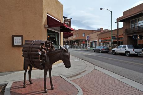米ニューメキシコ州サンタフェの街中のBurro Alley付近の風景の写真素材 [FYI03154945]