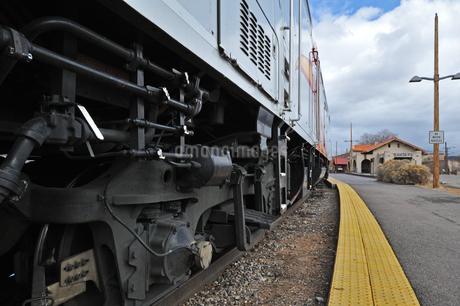 米ニューメキシコ州サンタフェ駅に停車中の電車の側面の風景の写真素材 [FYI03154964]