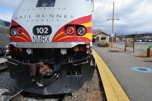 米ニューメキシコ州サンタフェのサンタフェ駅停車中のレールランナー電車の風景の写真素材 [FYI03154965]