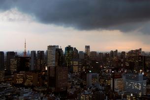 雨雲が近づく東京都心 新橋銀座方面の写真素材 [FYI03155046]