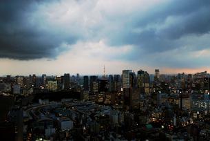 雨雲に覆われた東京都心の写真素材 [FYI03155049]