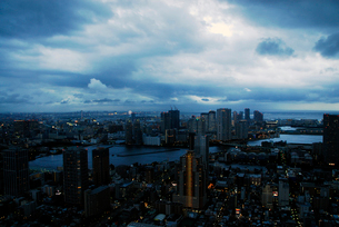 雨雲に覆われた東京都心 月島方面の写真素材 [FYI03155050]