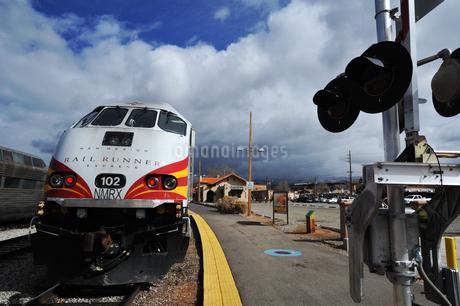 米ニューメキシコ州サンタフェ駅にレールランナー列車が停車している風景の写真素材 [FYI03155079]
