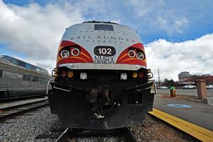 米ニューメキシコ州サンタフェ駅に停車中のロードランナー急行列車の先頭車両の写真素材 [FYI03155080]