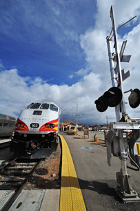 米ニューメキシコ州サンタフェ駅にレールランナー列車が停車している風景の写真素材 [FYI03155094]