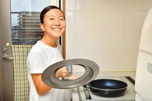 料理をする女の子の写真素材 [FYI03155098]