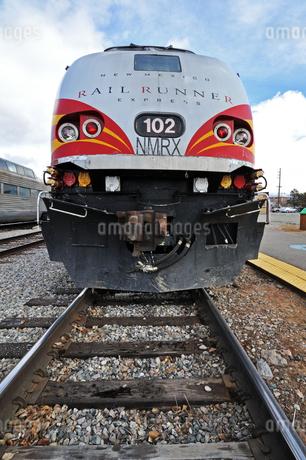 米ニューメキシコ州サンタフェ駅に停車中のロードランナー急行列車の先頭車両の写真素材 [FYI03155099]