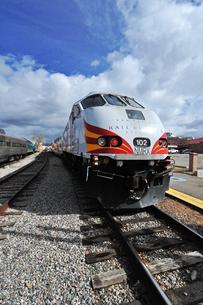 米ニューメキシコ州サンタフェ駅に停車中のロードランナー急行列車先頭部の風景の写真素材 [FYI03155100]