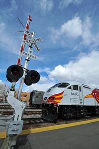 米ニューメキシコ州サンタフェ駅にレールランナー列車が停車している風景の写真素材 [FYI03155101]