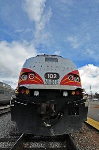 北米アメリカ合衆国ニューメキシコ州のサンタフェ駅に停車中のレールランナーエクスプレス列車の先頭部の写真素材 [FYI03155102]