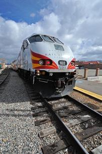 米ニューメキシコ州のサンタフェ駅に停車中のレールランナーエクスプレス列車の写真素材 [FYI03155103]