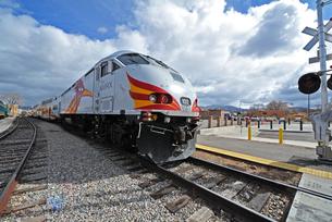 米ニューメキシコ州サンタフェ駅に停車中のロードランナー急行列車先頭部の風景の写真素材 [FYI03155104]
